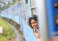 Niña feliz viajando en tren hacia Nuwara Eliya