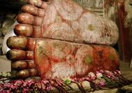 Los pies pertenecen a la estatua de Buda de 15 metros, ubicada en El templo de oro también conocido como las cuevas de dambulla.