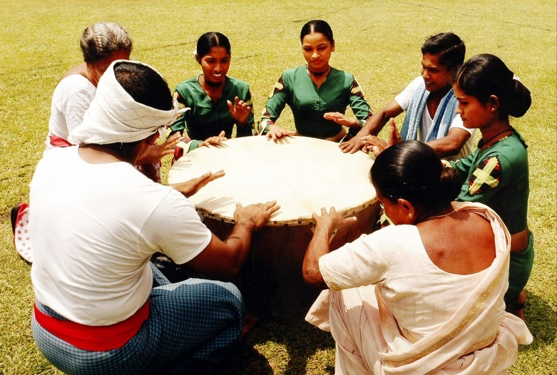 Sir Lanka | Tocando Instrumentos